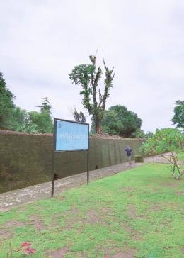 Inilah penampakan sisa dinding benteng di arah barat Kawasan Somba Opu yang sebagian terlihat masih utuh/Ft: Mahaji Noesa