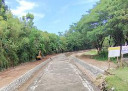Tampak kanan kiri bekas dinding Benteng Somba Opu dibuatkan selokan mengantarai pembuatan pedestrian yang berpotensi menjadi kolam penampungan air di musim hujan, merendam dan merusak dinding benteng peninggalan Kerajaan Gowa abad XVI/Ft: Mahaji Noesa