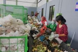 Pusat Daur Ulang (PDU) Sampah di Jambangan, Surabaya; salah satu strategi pengelolaan sampah (foto: suarasurabaya.net/Abidin)