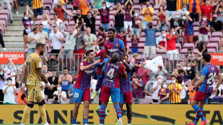 Foto: Pemain Barcelona merayakan gol Ansu Fati (Reuters.com)