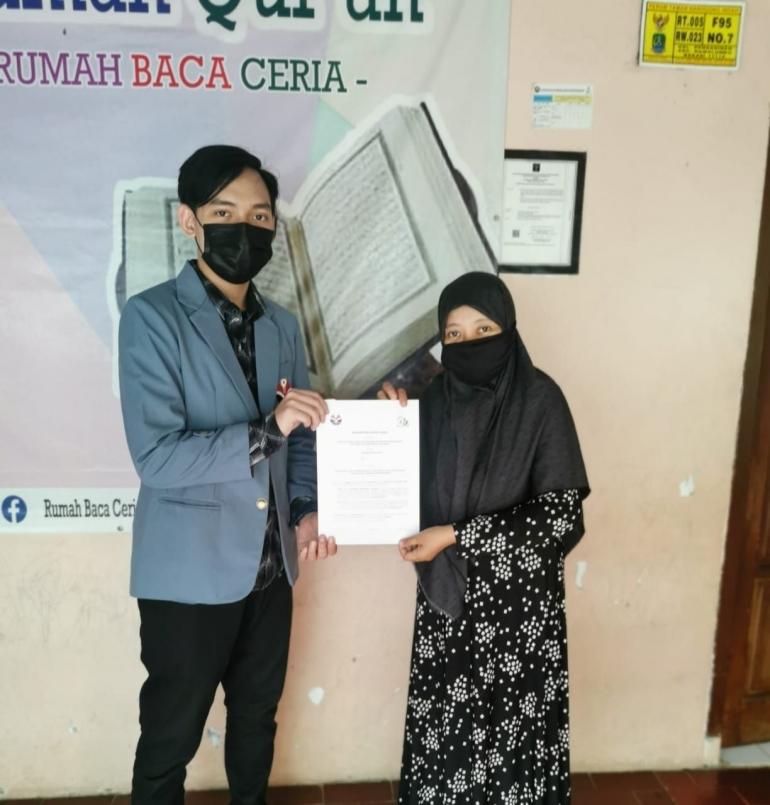 Penyerahan Surat Pernyataan Kerja Sama Kepada Ibu SIti Fitriah (Ketua Yayasan Rumah Baca Ceria)/dokpri