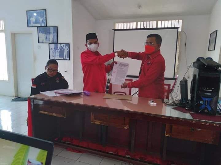 Wabup Rahmang menerima SK Ketua DPC PDI Perjuangan dari Wakil Ketua Bappilu Syamsul Bahri. (Foto: Dok Taufik Tanjung)