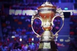 Trofi Piala Sudirman yang diperebutkan pada kejuaraan beregu campuran antar negara, Piala Sudirman 2017, di Gold Coast, Australia, 21-28 Mei.(sumber: DJARUM BADMINTON via kompas.com)