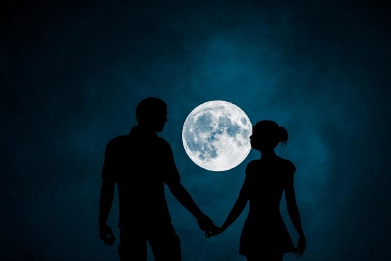 Ilustrasi pasangan yang bergandengan tangan di malam bulan purnama. Sumber: Mohamed Hassan/Pxhere.com