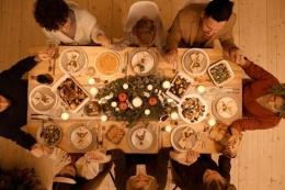 Ilustrasi keluarga berdoa. Foto: Nicole Michalou via Pexels.com