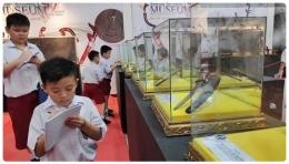 Murid SD mencatat koleksi museum Sang Nila Utama, Riau (sumber: Liputan6.com/M Syukur)