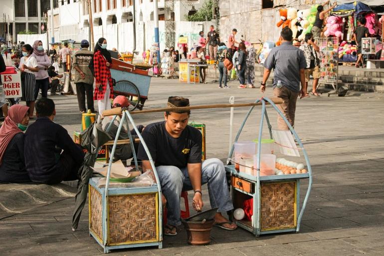 Penjual Kerak Telor, contoh bisnis kuliner kaki lima oleh tresiahoban3 dari pixabay.com