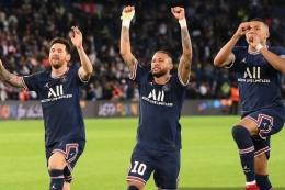 Trio pemain depan PSG: Messi, Neymar dan Mbappe. 3 pemain bintang ini menjadi andalan PSG musim ini. Foto: Franck Fife via Kompas.com