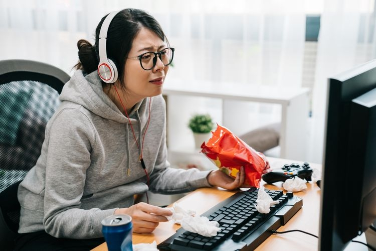 Kenali efek buruk binge wathing bagi kamu yang hobi maraton nonton film seri atau drama. Sumber: Shutterstock via Kompas.com