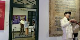 Pengunjung melihat Museum Sumpah Pemuda di Jalan Kramat Raya, Jakarta Pusat.  Sumber: KOMPAS/PRIYOMBDO