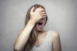 Ilustrasi orang mengingat kesalahan dan tertawa. (Foto: Andrea Piacquadio/Pexels)
