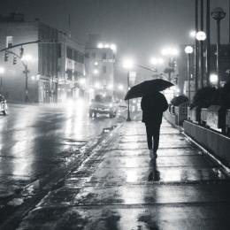 Perempuan dan hujan (Photo by Erik Mclean from Pexels)