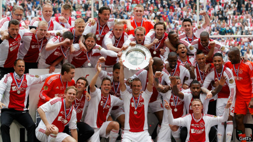pesta juara para pemain Ajax (sumber: whatindonews.com)
