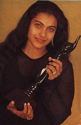 Kajol Aktor Wanita Pertama yang memenangkan Filmfare Awards sebagai Aktris Antagonis Terbaik untuk film Gupt