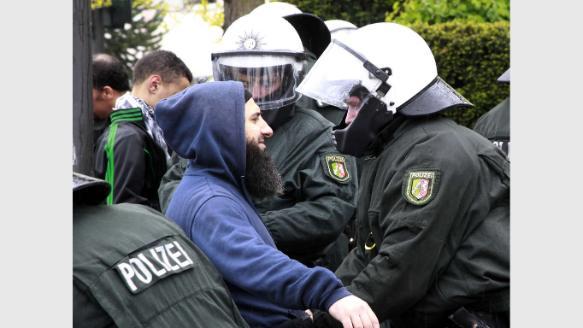 Zwei Polizisten schwer verletzt: Mehr als einhundert Festnahmen