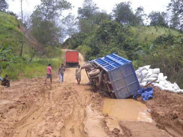 Kalau truk pembawa logistik untuk daerah terpencil terbalik seperti ini, tentunya pasokan bahan pokok desa akan tertunda cukup lama
