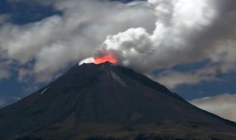 Aktivitas kegempaan Gunung Sindoro di perbatasan Kabupaten Temanggung dan Wonosobo, Jawa Tengah dalam beberapa hari terakhir cenderung menurun, namun status gunung api ini masih tetap waspada. Petugas Pos Pengamatan Gunung Sindoro dan Sumbing di Desa Gentingsari, Kecamatan Bansari, Sumaryanto di Temanggung, Jumat menyebutkan, pada Senin (19/12) terjadi gempa vulkanik dalam enam kali, vulkanik dangkal 13 kali, tektonik jauh satu kali, tektonik lokal empat kali, dan gempa hembusan 15 kali. Namun, pada hari berikutnya Selasa (20/12) kegempaan turun drastis, yakni terjadi gempa tektonik jauh dua kali, tektonik lokal satu kali, dan gempa hembusan dua kali. Pada Rabu (21/12) kembali terjadi gempa vulkanik dalam dua kali, tektonik jauh tiga kali, tektonik lokal dua kali, dan gempa hembusan tiga kali. Data seismik terakhir yang telah kami catat pada Kamis (22/12) hanya terjadi gempa vulkanik dalam satu kali, tektonik jauh satu kali, dan gempa hembusan dua kali, katanya. Ia mengatakan, meskipun mengalami penurunan kegempaan, hingga saat ini status Gunung Sindoro tetap waspada. Menurut dia, meskipun aktivitas Sindoro menunjukkan penurunan, tetap diberlakukan radius berbahaya dua kilometer dari puncak. Ia mengimbau masyarakat untuk tidak melakukan pendakian hingga ke puncak gunung atau memasuki radius berbahaya. Meskipun ada kecenderungan menurun, aktivitas gunung ini masih fluktuatif, setelah turun, kemungkinan bisa naik lagi, katanya. Ia meminta masyarakat untuk tidak panik dan beraktivitas seperti biasa. Ia mengatakan, munculnya isu akan terjadi letusan besar pada 26 Desember 2011 mendatang tidak perlu dipercaya karena tidak memiliki dasar yang kuat. Isu tersebut jangan dipercaya. Kami yang memantau perkembangan aktivitas Sindoro akan selalu melaporkan perkembangannya pada Pemkab Temanggung untuk disampaikan ke masyarakat, katanya. (photo: republika.co.id)