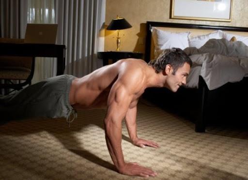 push up dan sit-up di kamar