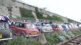 Deretan mini cooper, diparkir setelah konvoi dari beragam kota di Inggris.