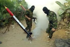 Pejuang Hamas bersiap menembakkan roket Qassam ke wilayah selatan Israel. (photo: ibtimes.com)