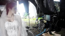 Mulan Jameela sedang memperhatikan hasil syuting di layar kamera 7 inchi