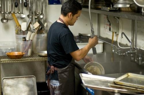 ilustrasi seorang dishwasher di restoran (sumber: http://restaurantsecuritycameras.com/)