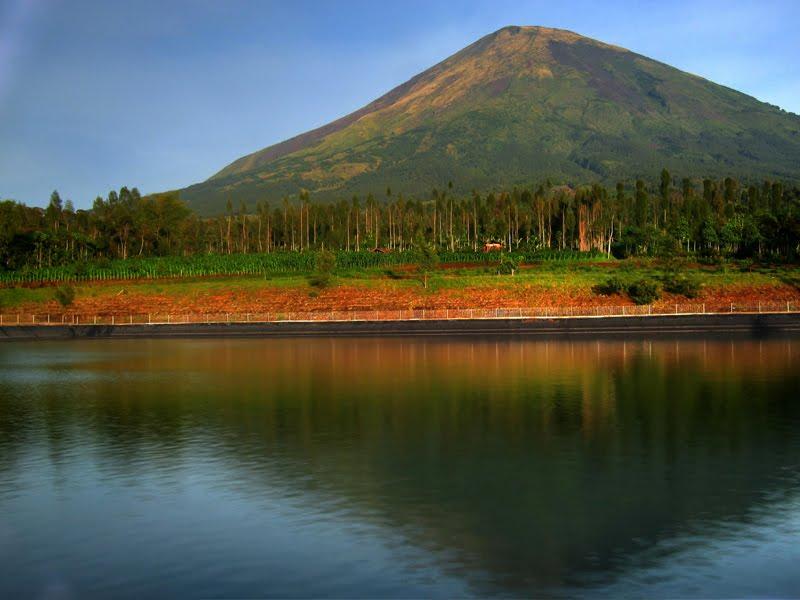 Embung Kledung yang menawarkan panorama indah pegunungan Sumbing dan Sindoro ((warning; penggunaan foto tanpa ijin adalah pelanggaran terhadap hak cipta)
