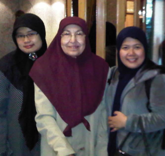 Dari kiri ke kanan, Indri Permatasari, Prof. Nabilah Lubis, Sifa Sanjurio