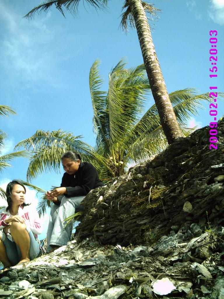 Pengunjung yang sewaktu saya datang masih bisa duduk di atas bukit