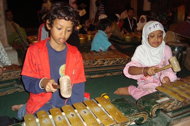 Anak Indonesia Memainkan Gamelan http://wesavethem.blogspot.com