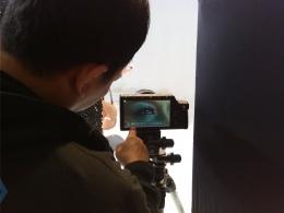 Mengamati gambar mata di display kamera Fastec TS3 Cine