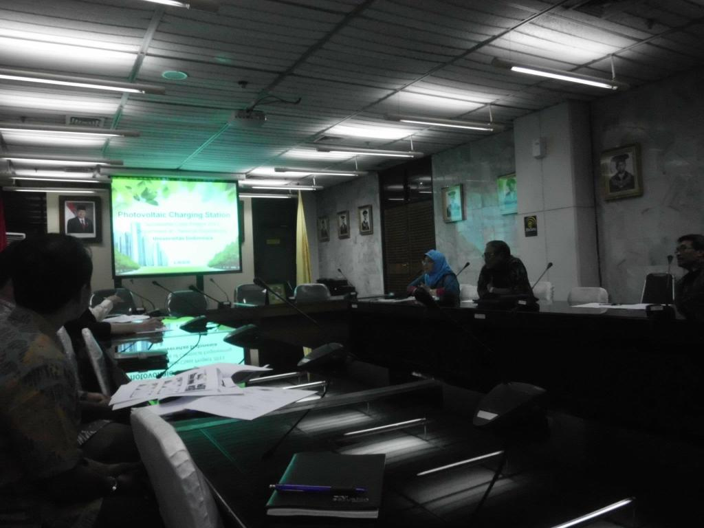 Suasana Presentasi Hasil Proyek Photovoltaic Charging Station di dalam rapat koordinasi antar Fakultas dalam meyambut UI Green Metric World University Ranking
