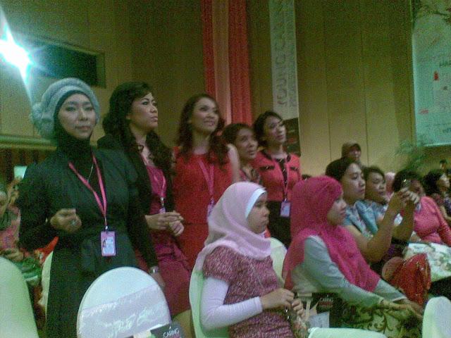 Nyanyian penyemangat saat pembukaan acara dari para finalis YCPA2012 disela-sela para undangan. Tanpa diduga sebelumnya