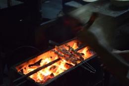 Daging dibakar dengan tusuk yang terbuat dari ruji motor (dokumentasi pribadi)