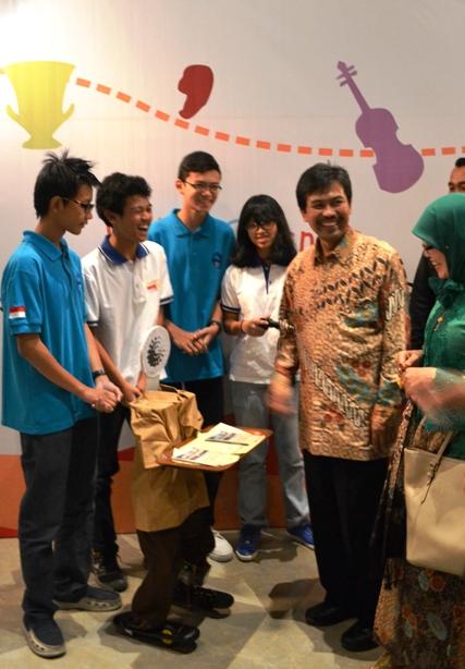 Siswa siswi SMAN 28 memperkenalkan robot buatan mereka kepada Dirjen Kebudayaan