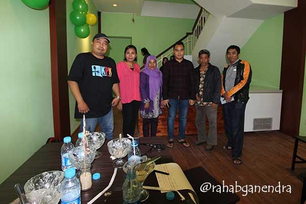 Bergambar bersama pemiliknya, Pak Iwan Rauf (foto; Rahab Ganendra)
