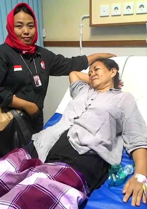 (Yuli Supriati ketika mengadvokasi pasien yang sudah 'ditolak' dua rumah sakit karena alasan ruang isolasi tak tersedia. Akhirnya, pasien berhasil mendapatkan kamar perawatan dan penanganan di RSUD Kota Tangerang.   Foto: FB Yuli Supriati)