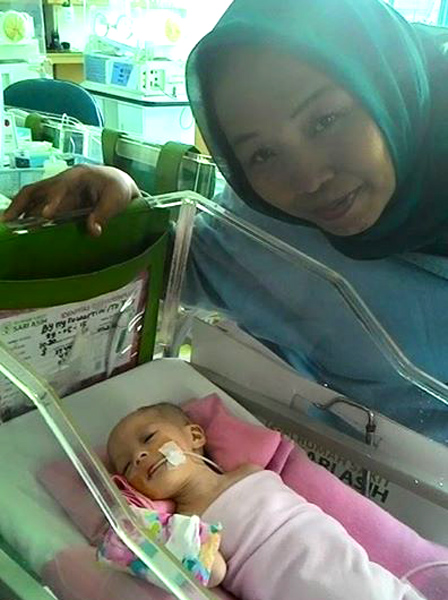(Yuli Supriati ketika mengadvokasi dan mencarikan kamar rawat perawatan ke RSCM Jakarta untuk seorang bayi, pada pertengahan Juni kemarin.   Foto: FB Yuli Supriati)