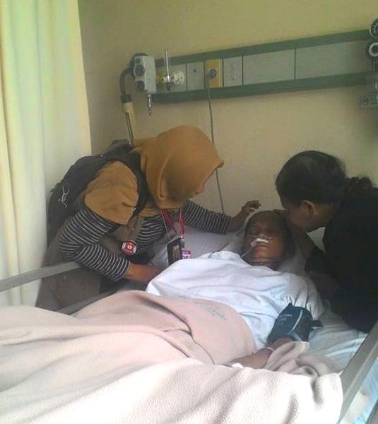 (Mengadvokasi hak layanan kesehatan masyarakat untuk Ibu Punirah, warga Tangerang.   Foto: FB Yuli Supriati)