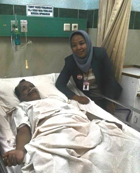 (Yuli Supriati ketika mengadvokasi pasien M Nizar untuk memperoleh layanan medis yang baik.   Foto: FB Yuli Supriati)