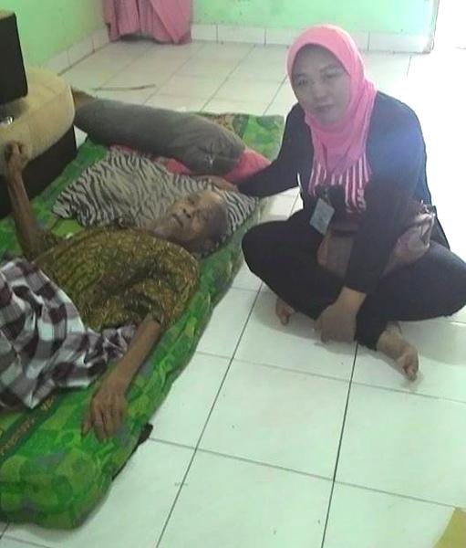 (Mengadvokasi hak layanan kesehatan masyarakat untuk seorang kakek bernama Entong.   Foto: FB Yuli Supriati)