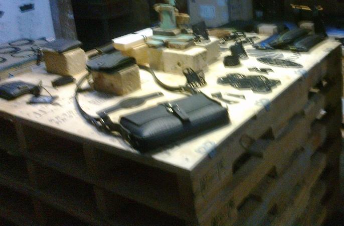 Etalase yang buat majang barang juga dari kayu bekas (foto: bamset)