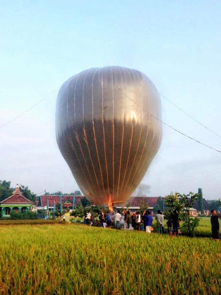 balon raksasa mulai menghitam dan sudah siap terbang, Sigun