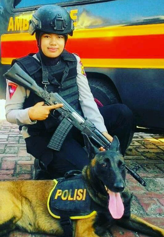 Sarasti Pertiwi dengan anjing pelacak. (Foto: doc. Tiwi)