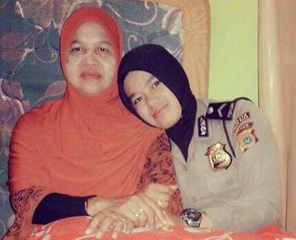 Sarasti Pertiwi dengan ibundanya, Ainaini. (foto : doc. Tiwi)