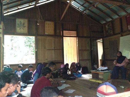 Peserta pelatihan radio mendengarkan penjelasan dari pemateri pelatihan. Foto dok. Yayayasan Palung