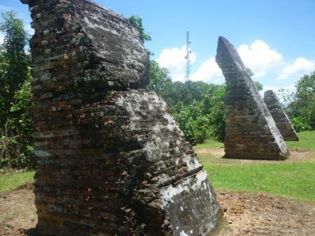 Sisa pilar yang masih berdiri