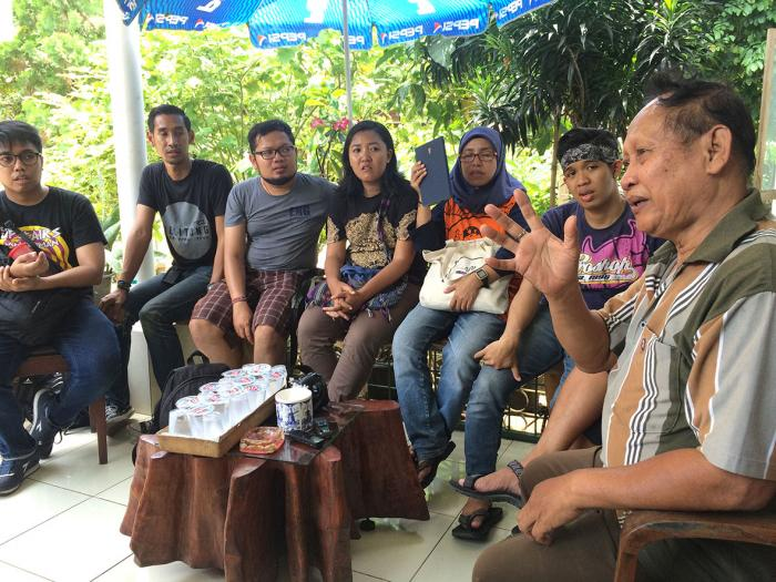 Belajar banyak dari Yano Jonathans tentang sejarah Depok (Foto: Diella Dachlan)