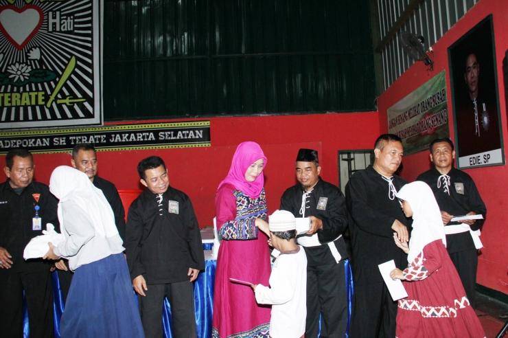 Surahman (baju hitam kedua dari kanan) saat memberikan santunan. FOTO: Denmas