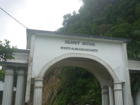 Gerbang wisata alam goa kacamata